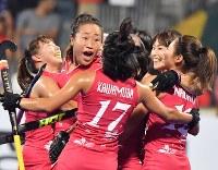 第1ピリオド、先制点を決めて喜ぶ日本の選手たち=ジャカルタで2018年8月31日、宮間俊樹撮影