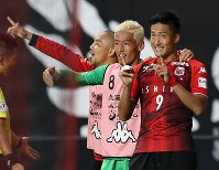 【札幌―神戸】後半5分、ゴールを決めて喜ぶ札幌の都倉(右)=札幌ドームで2018年9月1日、貝塚太一撮影