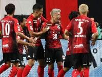 【札幌―神戸】前半11分、ゴールを決め声を上げる札幌の菅(左から4人目)=札幌ドームで2018年9月1日、貝塚太一撮影