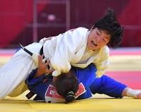 【アジア大会・柔道】柔道混合団体決勝女子70㌔級で一本勝ちした田中志歩(上)=ジャカルタで2018年9月1日、徳野仁子撮影