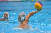 【アジア大会・水球】水球男子決勝の第3ピリオド、シュートを決める稲葉悠介=ジャカルタで2018年9月1日、徳野仁子撮影