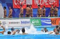 【アジア大会・水球】水球男子決勝、カザフスタン(手前)に敗れて準優勝となり引き上げる日本の選手たち=ジャカルタで2018年9月1日、徳野仁子撮影
