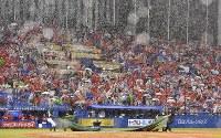 【ヤクルト-広島】八回裏、ヤクルトの攻撃後に雨が強まり、この日3度目の試合中断=神宮球場で2018年9月1日、竹内紀臣撮影