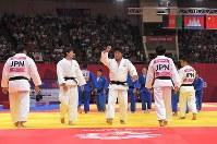 【アジア大会・柔道】柔道混合団体で優勝し、観客席に向かってガッツポーズする小林悠輔(中央)=ジャカルタで2018年9月1日、徳野仁子撮影