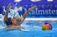 【アジア大会・水球】水球男子決勝の第4ピリオド、ボールを取り合う稲葉悠介(奥)=ジャカルタで2018年9月1日、徳野仁子撮影