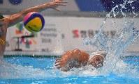 【アジア大会・水球】水球男子決勝の第4ピリオド、シュートを放つコップ晴紀イラリオ=ジャカルタで2018年9月1日、徳野仁子撮影
