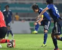 サッカー決勝【日本―韓国】 後半、シュートを放つ三好康児=インドネシア・ボゴールのパカンサリ競技場で2018年9月1日、宮間俊樹撮影