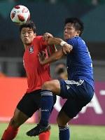 サッカー決勝【日本―韓国】 前半、競り合う杉岡大暉(右)=インドネシア・ボゴールのパカンサリ競技場で2018年9月1日、宮間俊樹撮影