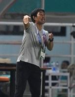 サッカー決勝【日本―韓国】 前半、選手に指示を出す森保一監督=インドネシア・ボゴールのパカンサリ競技場で2018年9月1日、宮間俊樹撮影