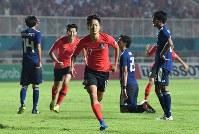 サッカー決勝【日本―韓国】 延長前半、韓国の李承佑(中央)に先制ゴールを決められて肩を落とす日本の選手たち=インドネシア・ボゴールのパカンサリ競技場で2018年9月1日、宮間俊樹撮影