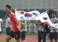 サッカー決勝【日本―韓国】 延長戦の末、優勝し喜ぶ韓国の孫興民=インドネシア・ボゴールのパカンサリ競技場で2018年9月1日、宮間俊樹撮影