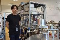 国際原子力機関(IAEA)で地下水の年代測定を担う松本拓也分析官。国連ウィーン事務所の研究室には、自ら設計した質量分析計が設置されていた=三木幸治撮影