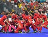 【アジア大会・ホッケー】ホッケー男子決勝、マレーシアに勝利して優勝を決め、喜ぶ日本の選手たち=ジャカルタで2018年9月1日、徳野仁子撮影