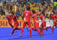 【アジア大会・ホッケー】ホッケー男子決勝、第4クオーター終了間際、落合大将(左手前)が同点に追いつくシュートを決め喜ぶ日本の選手たち=ジャカルタで2018年9月1日、徳野仁子撮影