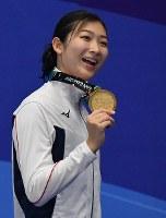 競泳女子100メートル自由形で優勝し、金メダルを手に笑顔の池江璃花子=ジャカルタで2018年8月20日、宮間俊樹撮影