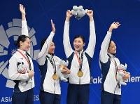 競泳女子4×100メートルメドレーリレーで優勝した日本の(左から)酒井夏海、鈴木聡美、池江璃花子、青木智美=ジャカルタで2018年8月23日、宮間俊樹撮影