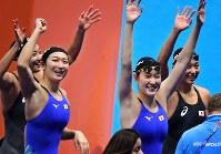 競泳女子4×100メートルメドレーリレーで優勝し笑顔の(左から)青木智美、池江璃花子、酒井夏海、鈴木聡美=ジャカルタで2018年8月23日、宮間俊樹撮影