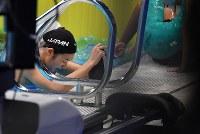 競泳女子100メートルバタフライで優勝した後、プールサイドでしばらくうつむく池江璃花子=ジャカルタで2018年8月21日、宮間俊樹撮影