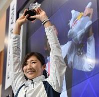 大会MVPに選ばれ、トロフィーを手にする池江璃花子=ジャカルタで2018年9月2日、宮間俊樹撮影