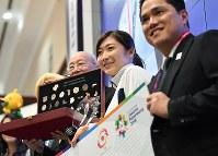 大会MVPに選ばれ、トロフィーなど記念品を授与される池江璃花子(手前から2人目)=ジャカルタで2018年9月2日、宮間俊樹撮影