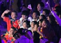 ジャカルタ・アジア大会の閉会式で記念撮影する競泳の池江璃花子(中央)ら日本の選手たち=ジャカルタのブンカルノ競技場で2018年9月2日、徳野仁子撮影