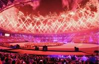閉会式会場で打ち上げられた花火=ジャカルタのブンカルノ競技場で2018年9月2日、宮間俊樹撮影