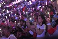 携帯電話のライトを灯して閉会式の開始を待つ観客たち=ジャカルタのブンカルノ競技場で2018年9月2日、徳野仁子撮影