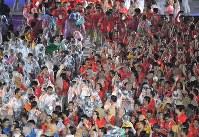 選手たちと一緒に閉会式に参加するボランティアら=ジャカルタのブンカルノ競技場で2018年9月2日、徳野仁子撮影
