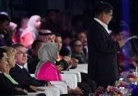 閉会式でインドネシアの副大統領(右端)のあいさつを聞くIOCのトーマス・バッハ会長(左から3人目)=ジャカルタのブンカルノ競技場で2018年9月2日、宮間俊樹撮影