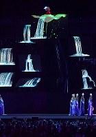 次回開催国の中国にちなんだパフォーマンス=ジャカルタのブンカルノ競技場で2018年9月2日、宮間俊樹撮影