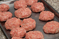 混ぜたひき肉は小判型に整える=根岸基弘撮影