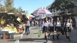 夕方、サンティアゴ旧市街の中心商業地区は地元の人でごったがえしていた(写真は筆者撮影)