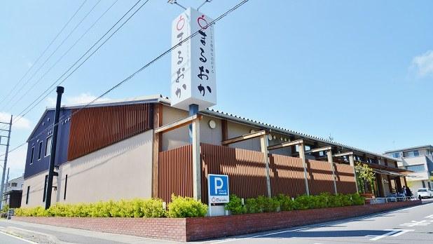 高崎市の郊外にある「スーパーまるおか」の店舗=小高朋子撮影
