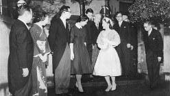 ご成婚で正田家を出られる美智子さま、左から父英三郎氏、母冨子さん、兄巌さん、妹恵美子さん、弟修さんら=1959年4月10日撮影