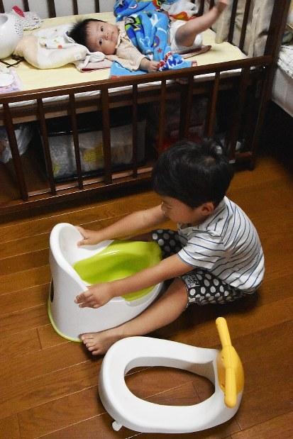トイレトレーニング中でおまるに興味津々の男児=矢澤秀範撮影