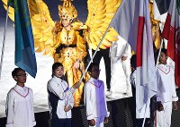 Japan's MVP swimmer Rikako Ikee, second from left, holds the Japan flag at the Asian Games closing ceremony at Gelora Bung Karno Stadium in Jakarta on Sept. 2, 2018. (Mainichi)