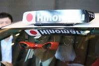 世界初の公道営業実証実験を行う自動運転タクシーに取り付けられたカメラ=東京都千代田区で2018年8月27日、玉城達郎撮影