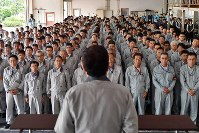 高速増殖原型炉もんじゅの核燃料の取り出し開始の日となり、日本原子力研究開発機構の児玉敏雄理事長(手前)の訓示を聞く職員ら=福井県敦賀市で2018年8月30日、猪飼健史撮影