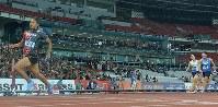 アジア大会陸上男子400メートルリレー決勝、2位以下に大差をつけて1位でフィニッシュする最終走者のケンブリッジ飛鳥(左)=ジャカルタのブンカルノ競技場で2018年8月30日、徳野仁子撮影