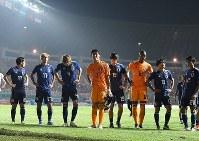 【日本―韓国】アジア大会の男子サッカー決勝で、延長戦の末に2位に終わり、険しい表情で観客席に向かってあいさつする日本代表の選手たち=インドネシア・ボゴールのパカンサリ競技場で2018年9月1日、宮間俊樹撮影