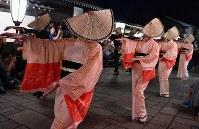 「おわら風の盆」が始まり、編みがさをかぶり優美な踊りを披露する踊り手たち=富山市で2018年9月1日、猪飼健史撮影
