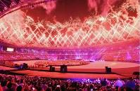 ジャカルタ・アジア大会の閉会式会場で打ち上げられた花火=ジャカルタのブンカルノ競技場で2018年9月2日、宮間俊樹撮影