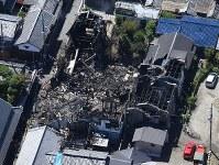 中井家住宅を含む周辺が焼け落ちた=大阪府富田林市で2018年9月3日午前10時半、本社ヘリから望月亮一撮影