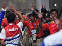 閉会式を終えて会場から出る選手たちを見送るボランティアスタッフたち=ジャカルタのブンカルノ競技場で2018年9月2日、宮間俊樹撮影