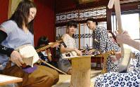 昭和初期の欄間や建具が残る町家で三味線を弾く来場者(左の2人)=金沢市大野町で、日向梓撮影