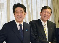 Prime Minister Shinzo Abe, left, and former LDP Secretary-General Shigeru Ishiba. (Mainichi)