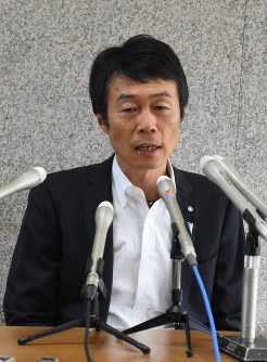 Mayor Yoshinari Maeda holds a press conference at Minakami Town Hall after dissolving the municipal assembly, on Aug. 6, 2018, in Minakami, Gunma Prefecture, northwest of Tokyo. (Mainichi)