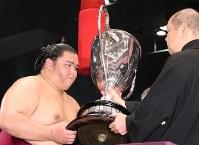 名古屋場所で初優勝を果たし賜杯を手にする御嶽海=兵藤公治撮影