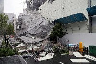 Scaffolding which was destroyed by strong winds from Typhoon Jebi lies on a street in Osaka's Nishi Ward on Sept. 4, 2018. (Mainichi)