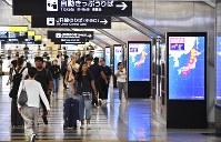 台風21号の接近を知らせる情報が流れるモニター=大阪市北区のJR大阪駅で2018年9月4日午前9時25分、山崎一輝撮影